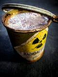 Stralingswaarschuwingsbord op roestige en bederf radioactieve materi stock foto's