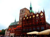 STRALSUND, GERMANIA, agosto 2014 - chiesa al quadrato del mercato con le costruzioni antiche colourful fotografia stock