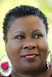 stram kvinna för åldrig svart medelutomhus- stående Arkivbilder