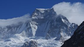 Strama åt det maximala höga berget i den Everest nationalparken royaltyfri bild