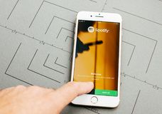 Straming μουσική Spotify στο iPhone 7 συν τα προγράμματα εφαρμογών Στοκ φωτογραφίες με δικαίωμα ελεύθερης χρήσης
