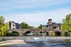 Stramongate Brücke und Wehr bei Kendall lizenzfreie stockfotografie
