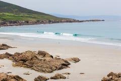 Strandüberblick mit Steinen und Hügel Lizenzfreie Stockfotos