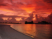 strand över den tropiska solnedgången Royaltyfria Foton