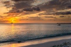 strand över den tropiska solnedgången Royaltyfria Bilder