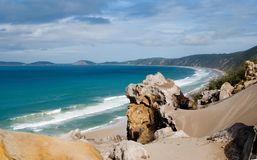 strand över regnbågesikt royaltyfri bild