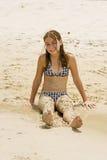 Am Strand abgedeckt mit Sand Lizenzfreie Stockbilder