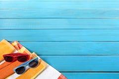 Strand achtergrondgrens met het blauwe houten decking Stock Foto's