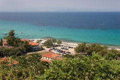 Strand in Afitos und Sommerurlaubsort bei Kassandra Lizenzfreie Stockfotografie