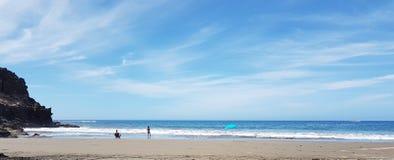 Am Strand allein an einem sonnigen Tag Lizenzfreies Stockbild