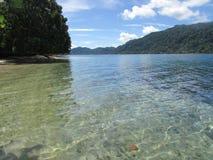 Strand-Ansicht in Nusi-Insel Nabire Papua Indonesien lizenzfreie stockfotos