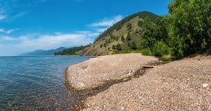 Strand auf dem Ufer vom Baikalsee lizenzfreie stockbilder