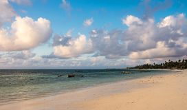 Strand auf der Ostküste von Sansibar Traditionelle hölzerne Segelboote in Afrika stockbild