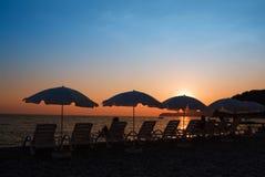 Strand auf einem Sonnenuntergang lizenzfreie stockfotos