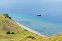 Strand auf Lawadarat-Insel, Nationalpark Komodo, Flores, Indonesien stockfotos