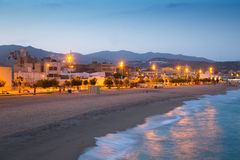 Strand av Badalona i skymning Royaltyfri Foto