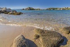 Strand av Cala Trinitài den Maddalena ön, Sardinia, Italien Arkivbild