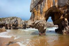 Strand av Cuevas Del Mar, Asturias Arkivbilder