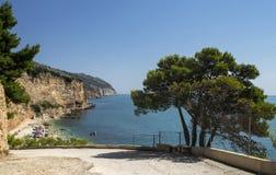 Strand av den Punta rossaen i Mattinata - Gargano - Apulia arkivfoto