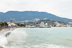 Strand av den Yalta staden i regnig dag Royaltyfri Foto