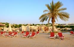 Strand av det lyxiga hotellet under solnedgång arkivbild
