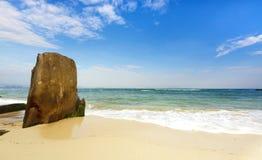 Strand av wuzhizhouön i sanya hainan royaltyfri foto