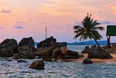 Strand bei Sonnenuntergang lizenzfreies stockbild