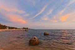 Strand bei Sonnenuntergang lizenzfreie stockbilder