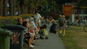 Strand bejaarde mensen die op bank babbelen stock footage