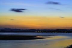 Strand, Berge und Himmel Lizenzfreies Stockbild