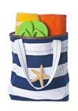 Strand-Beutel mit Tüchern und Flipflop stockbilder
