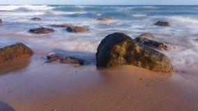 Strand bewegt Ozean-träumerischen Meerblick wellenartig stock footage