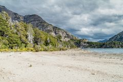 Strand bij Bahia Lopez-baai in Nahuel Huapi-meer royalty-vrije stock foto's