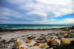 Strand bij bewolkte dag royalty-vrije stock foto's
