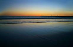 Strand bij dageraad stock foto's