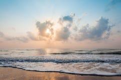 Strand bij de ochtend royalty-vrije stock afbeeldingen