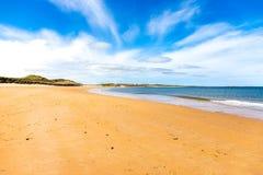 Strand bij Dunstanburgh-Kasteel in Northumberland stock foto