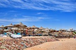 Strand bij het luxehotel, Sharm el Sheikh, Egypte Royalty-vrije Stock Afbeeldingen