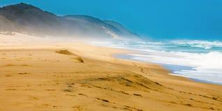 Strand bij iSimangaliso-moerasland-park stock foto's