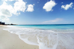 Strand bij zonnige dag Stock Afbeelding