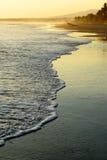 Strand bij zonsondergang Stock Foto's