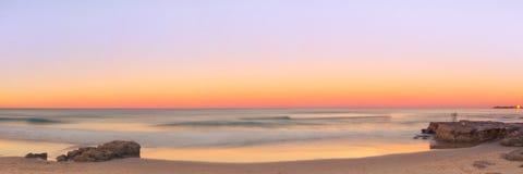 Strand bij zonsondergang Royalty-vrije Stock Afbeeldingen