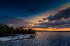 Strand bij zonsondergang stock afbeeldingen