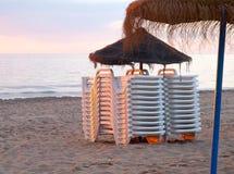 Strand bij zonsopgang. Stock Afbeelding