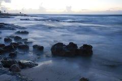 Strand bij zonsopgang op Mexicaanse Riviera Maya Royalty-vrije Stock Afbeeldingen