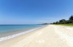 Strand, blått hav och vitsander Royaltyfri Bild