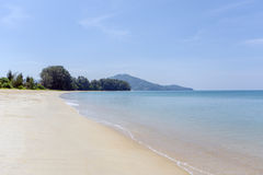 Strand, blått hav och vitsander Fotografering för Bildbyråer