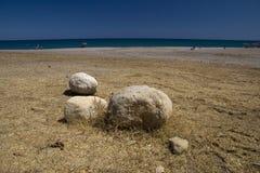 Strand, blauwe hemel en overzees. Royalty-vrije Stock Afbeeldingen