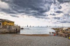 Strand in Boccadasse, Genua, Italien Stockbilder