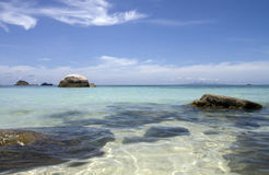 Strand, Boot und ein Felsen Stockbild
